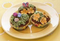 Pääsiäisen kahvipöytään nostetaan kaikille maistuvat sitruunamuffinit, jotka ovat saaneet kuorruttee...
