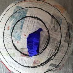 Pour faire le bouclier de Captain America, j'ai tracer au préalable des cercles pour avoir des repères de changement de couleur. Couper un morceau de papier crépon d'une largeur de 3cm environ et faire des franges au ciseau.
