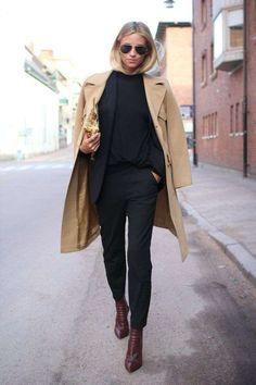 Trench beige e look toyal black sono un abbinamento sempre alla moda!