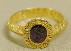 Signet ring of Guillaume de Flouri, viscount of Acre. Gold and amethyst, late 13th century;        Musée national du Moyen Âge;    photographer: Marie-Lan Nguyen