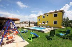 In Stinjan mit Pool, Gartenspielzeug (Rutsche,...), 2 getrennte Wohneinheiten (EG, OG) - ca. 1000m zum Strand - nur Sa-Sa €1619