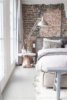 De bakstenen muur maakt het fabriekachtig. Maar de witte lakens geeft het weer moderner, en het past ook mooi.