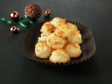 A classic Norwegian Christmas cookie found on dinmat.no For many Norwegians, including me, it wont be Christmas before the juicy and tasty coconut macaroons is baked. The recipe is super simple and. Norwegian Cuisine, Norwegian Food, Retro Recipes, Ethnic Recipes, Good Food, Yummy Food, Coconut Macaroons, Macarons, Small Cake