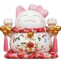 Dans la culture japonaise, le Maneki Neko a toujours la main droite levée pour inviter l'argent, le bonheur mais aussi la chance à entrer dans la maison. Maneki Neko, Japanese Culture, Pottery, Plus Populaire, Make It Yourself, Fortune, Christmas Ornaments, Holiday Decor, Inspiration
