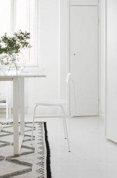 Varpunen love this rug Scandi Living, Home And Living, Living Room Inspiration, Interior Design Inspiration, Kitchen Inspiration, Home Furniture, Furniture Design, Dining Room Design, Dining Area