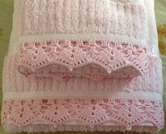 Jogos de toalhas de banho, rosto e lavabo montados conforme preferência, ou avulsas de qualquer um desses três tipos. Crochet Hot Pads, Crochet Towel, Crochet Box, Crochet For Kids, Crochet Border Patterns, Crochet Lace Edging, Crochet Trim, Crochet Doilies, Baby Blanket Crochet