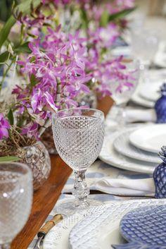 Compondo nossa mesa, guardanapos em linho branco,porta-guardanapos de cerâmica azul,talheres em bambue taças bico de jaca transparentes.