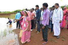 नया रायपुर स्थित बाटनीकल गार्डन में सरगुजा जिले के पंच-सरपंचों ने अपने गाँव से लाया जल विशाल कुंड में प्रवाहित किया. अलग-अलग पात्रों में लाया जल प्रवाहित करते उनके चेहरे खिले हुए थे.