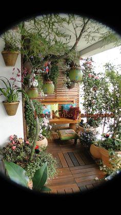 Essa varanda ganhou vida e cores com as novas almofadas, pratinhos de parede, cachepots coloridos, quadrinho de azulejo branco e azul, banq...