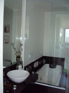 Banheiro apartamento Barra - projeto Margareth Maria - banheiro pequeno com box do chuveiro separado da banheira