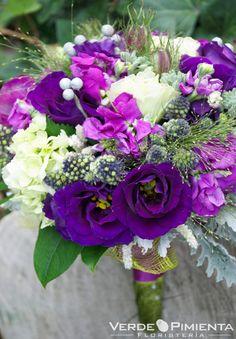 Ramo de novia en colores lilas y morados de Verde Pimienta Floristería #ramodenovia #bridalbouquet #tendenciasdebodas
