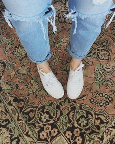 Pink Converse Outfits, White Vans Outfit, White Outfits, Vans Authentic White, Hijab Fashion, Fashion Dresses, Celebrity Travel, Sporty Chic, Clothes Horse