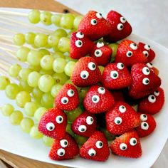 25 Kid Friendly Food Ideas FRUIT CATERPILLARS Related posts: Fruit Salsa ~ This simple fruit salsa recipe is made up of strawberries, kiwi, and apples, served on homemade cinnamon chips! Fruit Snacks, Fruit Recipes, Fruit Fruit, Fruit Kabobs Kids, Watermelon Fruit, Fruit Cups, Fruit Platters, Detox Recipes, Fruits Decoration