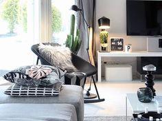 Kola light keinutuoli ja yksityiskohdista syntyvä kodikkuus luovat ihanan persoonallisen lukunurkkauksen olohuoneeseen.