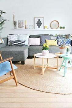 un joli deco nordique avec tapis scandinave en rotin beige et sol en planchers