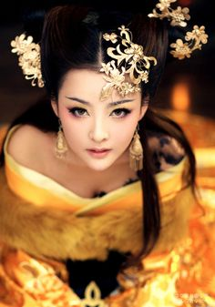 """Remember, geisha are not courtesans. We create another secret world, a place only of beauty. The very word ""geisha"" means artist and to be a. Beautiful Asian Women, Beautiful People, Beautiful Life, Asian Woman, Asian Girl, White Photography, Portrait Photography, People Photography, Pin Up"