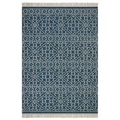 Inspiré des kilims traditionnels, tissage main. Un superbe motif esprit berbère. Finition frangée nouée. Isolant thermique et phonique naturel, le tapis recompose l'espace, réchauffe une pièce, crée un sentiment de bien-être, de confort. C'est un élément de décoration qui apporte style et ambiance.Composition :- Tapis 80% laine, 20 % coton.    Caractéristiques- Type de fabrication : tufté main- Poids : 2100-2300 g/m²EntretienAspirer régulièrement. Nettoyer immédiatement les tâches avec un…