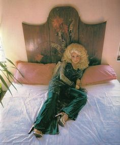 Cant tell if it is a photo or a painting it is so perfect including Dolly Parton . Dolly Parton Pictures, Mazzy Star, Alternative Rock, Retro, Grunge, Indie, Hip Hop, Bohemian House, Bohemian Living