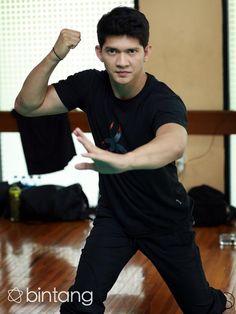 Aktor film laga, Iko Uwais kini semakin melambung namanya. Setelah sukses bintangi 'The Raid' memang rasanya film laga dan suami Audy Item ini menjadi dua hal yang tak dapat dipisahkan. Nama Iko Uwais yang kini disebut sebagai salah satu aktor laga papan atas membuat dirinya semakin dicari. Terbukti, dalam waktu dekat ini Iko Uwais akan kembali memperlihatkan seni bela dirinya di film berjudul 'Headshot'.  #IkoUwais #Aktor Headshot #Bintang #Indonesia