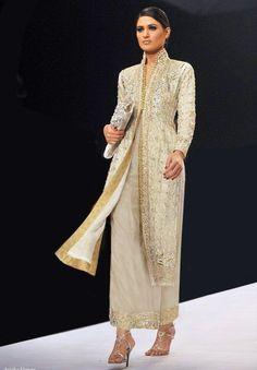 Aeisha Varsey Creation at Pakistan Fashion Week. Love the bold look. Pakistan Fashion Week, India Fashion, Asian Fashion, Trendy Fashion, Pakistani Couture, Pakistani Outfits, Indian Outfits, Malay Wedding Dress, Punjabi Wedding