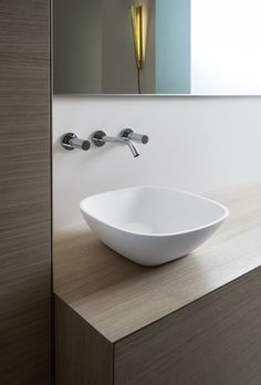 Look at those thin edges! Ino by Toan Nguyen Studio is a stunner. Timeless, modern design allowed to shine through by using innovative materials like Saphirkeramik to achieve thinner walls than ever before. Ceramic Materials, Bathroom Sets, Beautiful Bathrooms, Powder Room, Boutiques, Modern Design, Furniture Design, Sink, Shelves