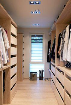 Garderoben er tegnet av Lars Ernst Hole. Vinduet åpner for et fint og funksjonelt lysinnfall. Det er ikke innsyn, så garderoben forblir en privat sone.