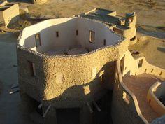 「每月設計旅館聚焦」系列為 MOT/TIMES 推出的固定單元,介紹近來最新、最夯的設計旅館案例。   60 萬公里的埃及西部沙漠,在靠近利比亞邊界的錫瓦,是埃及最遠、最少人造訪的綠洲,附近的阿蒙神廟(Temple of the Oracle)更使它成為神聖之地,而在這一片廣闊沙漠上,坐落著一棟可以讓你與外界失聯的砂岩旅店,這裡沒有電、沒有收訊,可以讓你盡情沉醉撒哈拉,這裡是 Adrère Amellal Hotel。