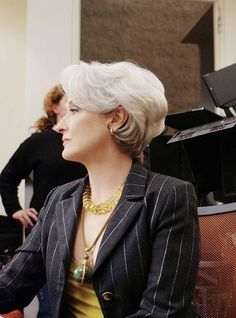 Meryl Streep on the set of Devil Wears Prada. What my hair wants to look like when it grows up. Wedge Hairstyles, Mom Hairstyles, Cute Hairstyles For Short Hair, Short Haircut, Curly Hair Styles, Trendy Haircuts, Celebrity Hairstyles, Miranda Priestly, Devil Wears Prada