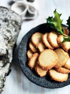 I håkonskager er der marcipan, som giver småkagerne en utrolig lækker smag. Kagerne er meget nemme at gå til – husk blot, at dejen skal laves dagen, før du vil bage.