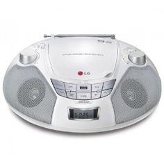 La radio CD SB16W de LG est une boombox, compatible MP3 et dotée d'un port USB. Cet appareil compact comprend un tuner FM et un écran LCD incorporé. Pratique, cette radio est parfaite pour sonoriser une chambre ou une petite pièce.