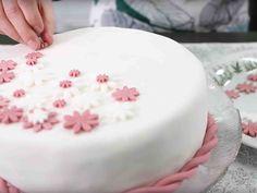 S-kokeilukeittiön Anni tekee helpot ja kauniit kakun koristeet sokerimassasta.