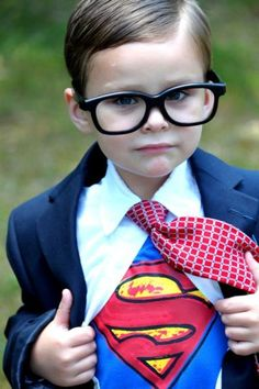 Lots of inspiration, diy & makeup tutorials and all accessories you need to create your own DIY Clark Kent Superman Costume for Halloween. Baby Cosplay, Cosplay Kids, Superman Halloween Costume, Superman Costumes, Baby Halloween Costumes, Toddler Halloween, Halloween Candy, Clark Kent, World Book Day Costumes