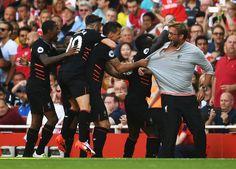 Sadio Mane Liverpool a spoluhráči oslavuje svoj cieľ s Jürgen Klopp