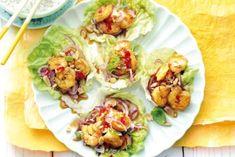 Garnalen met caramelsaus, lauwwarme salade van maken met komkommer en mihoen of noedels OF als springroll