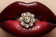 Primer plano de los labios de mujer s con brillantes de color rojo oscuro brillante de la moda de maquillaje brillo de labios de cereza macr...