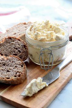 Sült tejföl - Kifőztük Camembert Cheese, Hamburger, Dairy, Favorite Recipes, Vegan, Dishes, Cream, Food, Tej