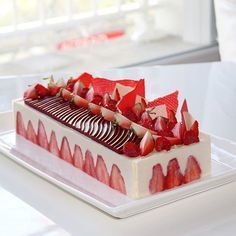 Je vous propose une recette de fraisier plus légère que la version classique à base de crème légère bien vanillée qui se marie à la perfection avec la fra