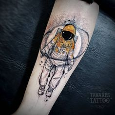 Astronaut tattoos are great ideas for those having passion on space and universe. People with astronaut tattoo are proudly wearing on their arms and back Astronaut Tattoo, Alien Tattoo, Tattoos 3d, Forearm Tattoos, Body Art Tattoos, Sleeve Tattoos, Cool Tattoos, Tattoo Sketches, Tattoo Drawings