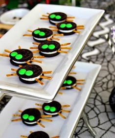 Scarily Simple No-Bake Halloween Treat Recipes Make adorable Oreo Spiders for Halloween using this easy, no-bake treat recipe.Make adorable Oreo Spiders for Halloween using this easy, no-bake treat recipe. Comida De Halloween Ideas, Bolo Halloween, Halloween Treats To Make, Recetas Halloween, Postres Halloween, Dessert Halloween, Spooky Treats, Halloween Goodies, Halloween Food For Party
