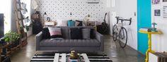 Confira a decoração do apartamento de um jovem casal, feita com muitos itens reaproveitados e móveis executados por eles. É pra se inspirar muito!