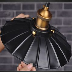 Historické závesné svietidlo v talianskom štýle, 340mm, je svietidlo určené na stenu v dekoračnom vzhľade. Svietidlo je vhodné do obývacej izby, kuchyne, jedálne, spálne, reštaurácie a pod. Svietidlo je v originálnom talianskom štýle a je vhodné ako dekorácia do každej domácnosti. Závesné svietidlo je zárukou obdivu vašej domácnosti alebo chalupy, reštaurácie a pod
