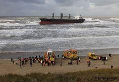 Vrachtschip Aztec Maiden voor de kust van Wijk aan Zee. KNRM betrokken geweest bij het proberen vlot trekken.