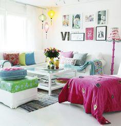 olohuone koti värikäs sohvaryhmä koristetyynyjä kiinalainen lyhty tauluryhmä