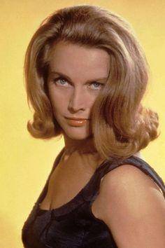 Honor Blackman se met dans la peau de Pussy Galore dans Goldfinger en 1964.    Son James Bond ? Sean Connery.