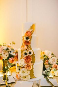 Gorgeous gold wedding cake idea / http://www.himisspuff.com/200-most-beautiful-wedding-cakes-for-your-wedding/14/