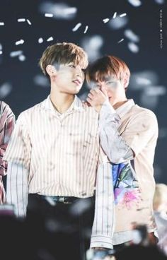#wattpad #romance Park Woojin selalu mengikuti Jihoon sampai ia di rumahnya, ia hanya ingin mengantar Jihoon pulang.  Lalu apakah Jihoon tahu? Cerita sekolah Park Jihoon dan Park Woojin!