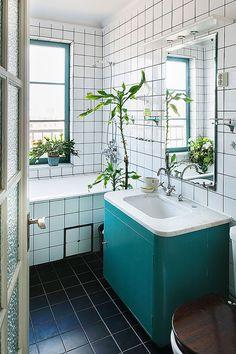 Un meuble vert d'eau pour réveiller la salle de bains