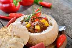 Goulash, a delicious and warming beef stew, is perhaps the best-known dish in Hungarian cuisine. Recipe For Hungarian Goulash, Pain Surprise, Raw Food Recipes, Cooking Recipes, Hungarian Cuisine, Goulash Recipes, Salty Foods, Meals For One, Family Meals