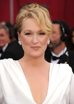 Meryl Streep is an American actress of theatre, film and television. She is widely regarded as the greatest living actress, as well as one of the greatest actresses of all time. Meryl Streep, Celebrity Look, Celebrity Pictures, Beauty Tips And Secrets, Height And Weight, Cool Haircuts, Aging Gracefully, Celebrity Hairstyles, Hollywood Celebrities