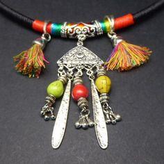 Ras de cou ethnique en coton tissé avec ses pompons et pampilles colorés
